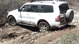 preview picture of video 'Mitsubishi Pajero III in the mud'