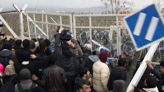 Мигранты пытались штурмом взять греко-македонскую границу