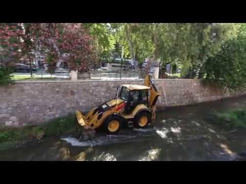 Efeler Belediyesi Tabakhaneyi temizlemek için dereye vinçle 4 iş makinası indirdi!
