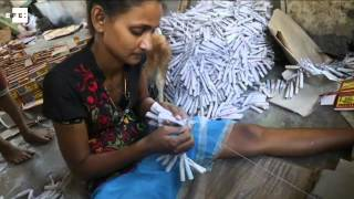 Habitantes de Kimbulapitiya, en Sri Lanka, fabrican petardos igual que desde hace 90 años