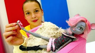 УЛЕТНАЯ ВЕЧЕРИНКА Монстер Хай 💥 Кукла мышь в САЛОНЕ КРАСОТЫ 💄 Игры одевалки #ДляДевочек видео