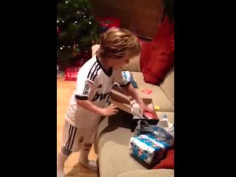 La felicità di un bambino nel ricevere in regalo le sue prime scarpe da calcio