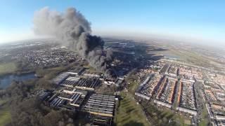 Grote brand bij verhuurbedrijf in Vlijmen vanuit de lucht
