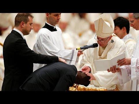 O Πάπας Φραγκίσκος βάπτισε ήρωα μετανάστη
