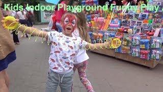 Дети играют в парке развлечений и катаются на аттракционах