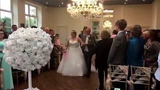 Невеста, потерявшая ногу во время борьбы с раком, прошла в белом платье к алтарю