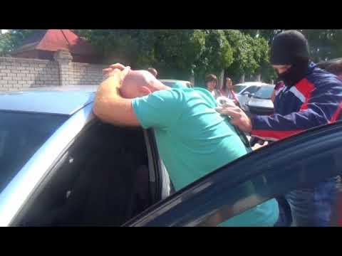 Видео: В Великом Новгороде ФСБ задержала двух бывших полицейских, выступивших посредниками при взятке