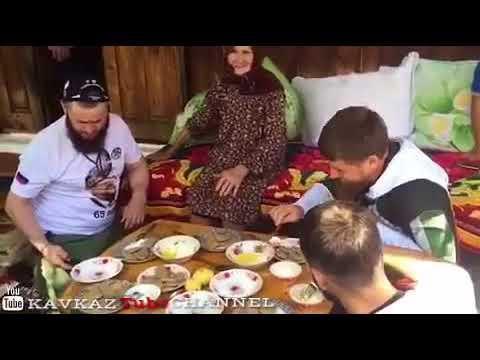 Рамзан Кадыров в гостях отведывает чеченское блюдо хьолт1амш