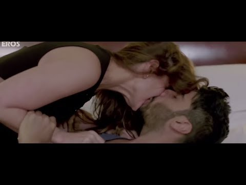 Kareena Kapoor Lip Lock scene