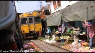 preview picture of video 'Railway market Samut Songkhram, Mae Klong Market, Thailand. Part 4.'