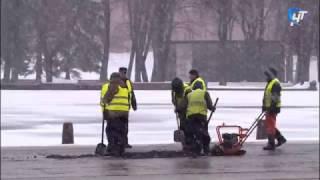 В Великом Новгороде укладывают асфальт в снегопад