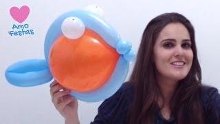 """Aprenda como fazer uma decoração de balões (bexigas) super divertida. Aprenda como fazer um peixe utilizando balões e alegrar as festas de crianças. Quer aprender mais dicas sobre festas, festa infantil e decoração de balões (bexigas)? Conheça a Amo Festas!  - Inscreva-se em nossa comunidade de festas - http://amofestas.com/comunidade/ - Visite nosso site - http://amofestas.com - Curta nossa página no Facebook - http://facebook.com/amofestas  - Não deixe de se inscrever no nosso canal do YouTube - Gostou? Então clique em """"Gostei"""" e compartilhe com suas amigas e familiares."""