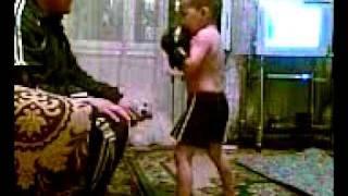 Маленький мальчик - боксёр