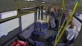 Смотреть онлайн Водитель автобуса заснул за рулем