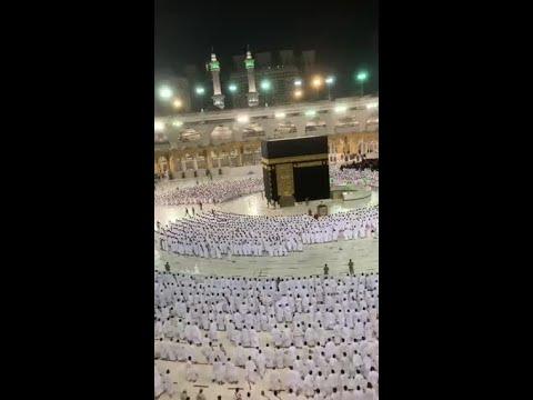 شاهد.. لحظة اصطفاف المصلين لصلاة الفجر من المسجد الحرام