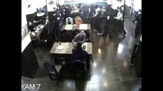 Смотреть онлайн Толпа парней налетела на компанию в кафе