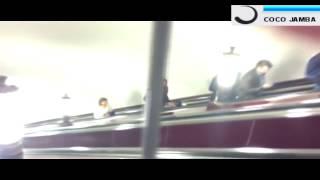 Смотреть онлайн Парень качает мышцы в метро