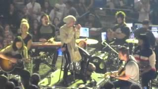 Майли Сайрус спела песню для своего умершего пса Флойда в Бостоне