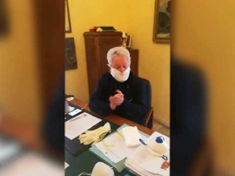 PANNI PER LA POLVERE AL POSTO DELLE MASCHERINE: LA DENUNCIA DEL SINDACO SCULLINO