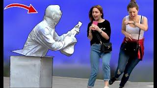 bromas  reírse de la estatua humana