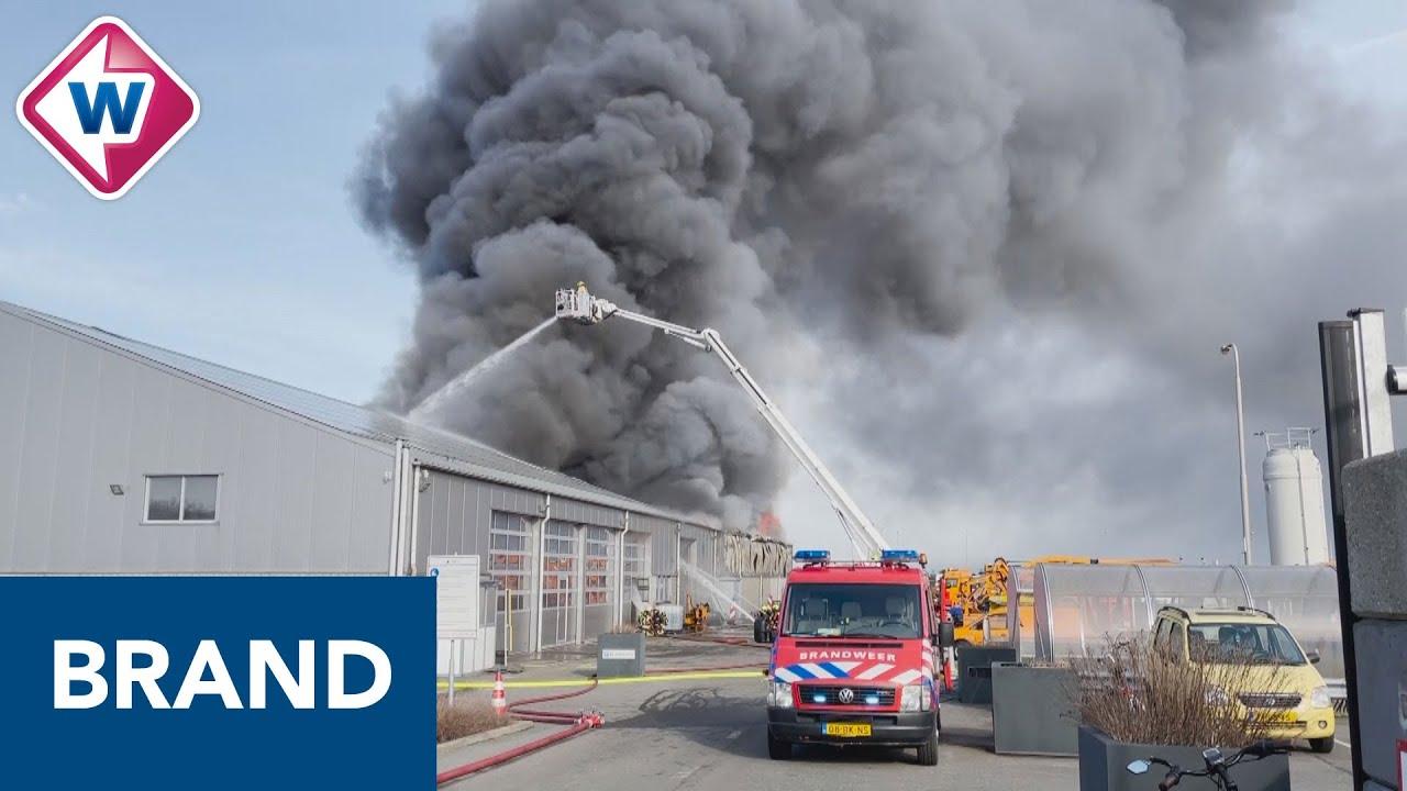 Zeer grote brand in loods met tractoren