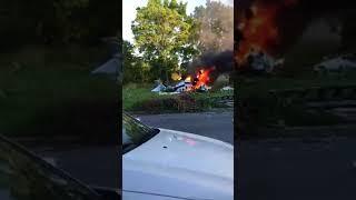 Парень выходит  из горящего самолета. Пейтон Боаз