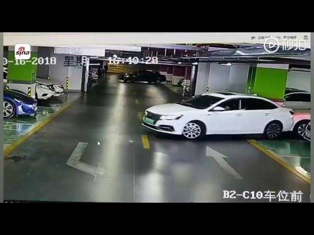 امرأة تحطم سيارات فاخرة في مرأب للسيارات