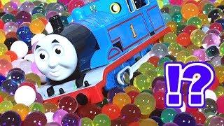 きかんしゃトーマス プラレール オービーズ ぷよぷよボールの入った風船が爆発!?Thomas & Friends Orbeez