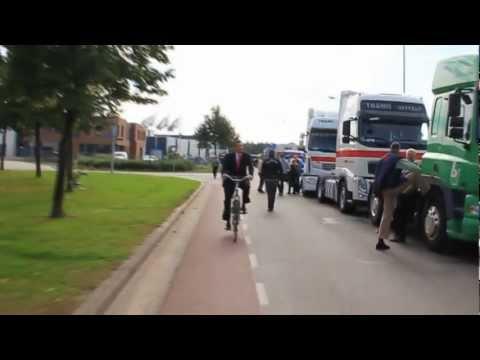 Emile Roemer van de SP op de fiets in Boxmeer