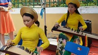 """VN Unknown #18: Du khách nước ngoài """"bao vây"""" dàn nhạc dân tộc Gió Mới trước Bưu Điện Saigon"""