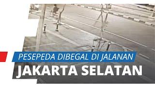 Terekam CCTV, Pesepeda Dibegal di Jalanan Jakarta Selatan, Korban Dapat Luka Bacok di Perut