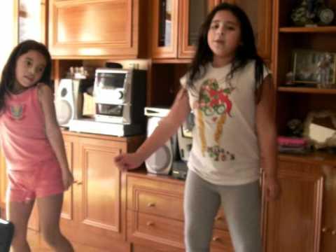 niñas bailando en casa