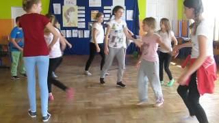 """Taniec """"Belgijka"""" w wykonaniu członków Dyskusyjnego Klubu Książki dla dzieci z Czarnego"""