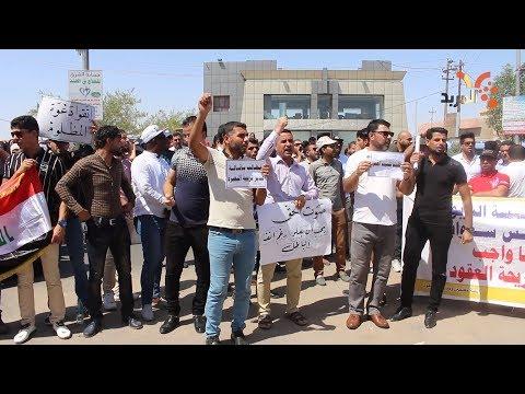 شاهد بالفيديو.. العاملين بنظام العقود يطالبون بالتثبيت وتربية البصرة ترمي الكرة بملعب ديوان المحافظة #المربد