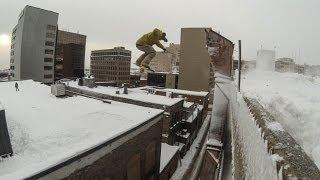 Парень на сноуборде прыгает с крыши - Видео онлайн