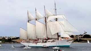 preview picture of video 'Juan Sebastián De Elcano Saliendo Del Puerto De Mahon'