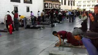 preview picture of video 'Tibet Lhasa Jokhang Temple チベット ラサ ジョカン寺前の五体投地'
