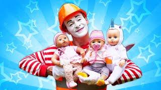Der Clown geht zur Arbeit. Spielzeugvideo. Spielspaß mit Puppen.