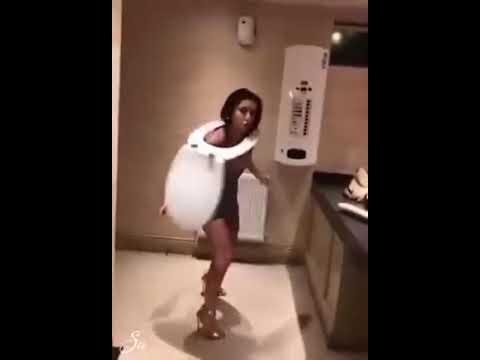 Так вот как развлекаются пьяные девушки в туалетах