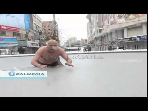 فلسطيني يسبح في الثلوج تضامن مع غزة والشام والاجئون