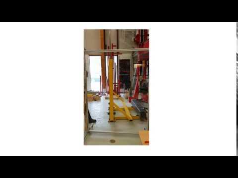 Prøving av rekkverk med pendel i SINTEF Byggforsks prøvehall