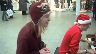 girl anachronism, in st pancras station