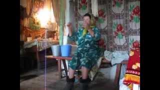 Веселая бабушка поёт русские народные песни