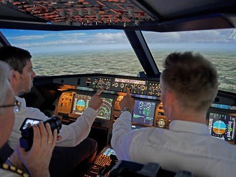 """Wir hatten die seltene Gelegenheit, den Beginn eines Team-Coachings im Cockpit mit der Kamera zu begleiten. Vielen Dank an die beiden Akteure für die Möglichkeit, diesen Beginn eines Coachings in einigen Szenen festzuhalten.  Beide Manager haben noch nie vorher in einem Cockpit gesessen und sie haben keine fliegerischen Kenntnisse. Sie haben beruflich auch nichts mit Flugzeugen oder der Luftfahrt zu tun.  In einer kurzen Einweisung von ca. 20 Minuten an einem Modell sage ich kurz etwas über die Steuerfunktionen eines Airliners und erkläre die wichtigsten 5 Bedienelemente. Wir besprechen, dass es um die Bildung eines erfolgreichen Cockpit-Teams geht.  So starten sie ihre erste Übung in unserem professionellen A320-Simulator. Nach dem Start verlasse ich den rechten Sitz und der """"pilot monitoring (PM)"""" übernimmt meinen Platz. Der """"pilot flying (PF)"""" links hat bereits unter meiner Anleitung den Start in Bremen durchgeführt. Ich habe vorher nicht angekündigt, dass ich das Cockpit verlassen werde. Wir fliegen in Echtzeit und in einer """"Echtwetter"""" Situation an diesem 20. Mai 2017 um 15 Uhr Ortszeit.  In dieser Situation startet der Clip."""