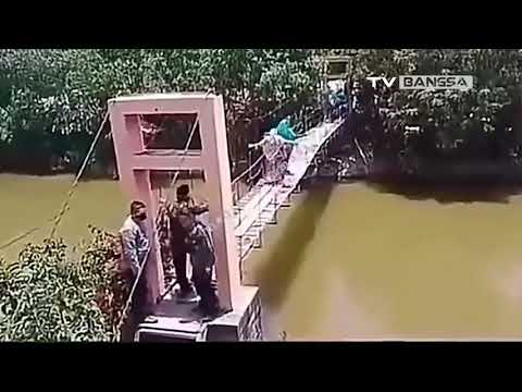 Emak-Emak Jatuh ke Sungai Saat Lewati Jembatan Gantung