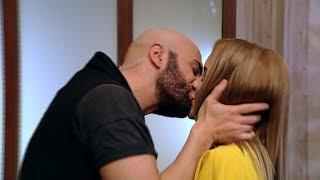 X Factor. Mihai Bendeac a sărutat o concurentă de 15 ori!