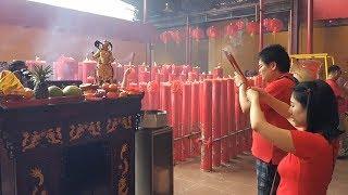 Perayaan Imlek, Kelenteng Kim Tek Le Dipenuhi Warga Lokal hingga Asing yang Hendak Berdoa
