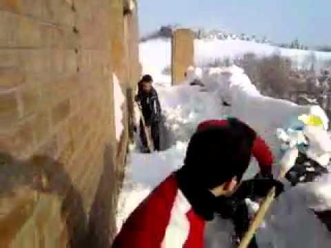 Sogesta, studenti spalano la neve con i vassoi.mp4