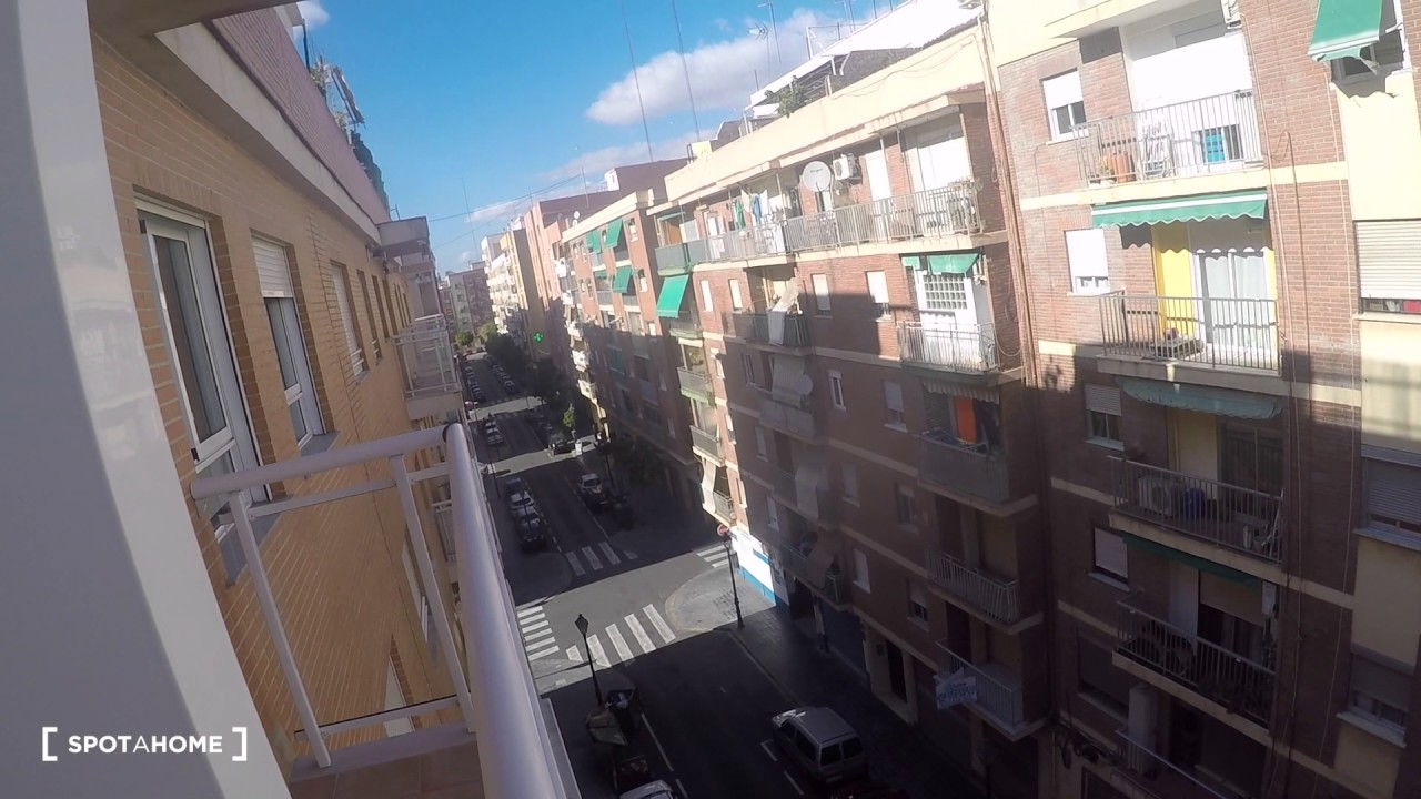 Room for rent in impeccable 2-bedroom apartment with balcony in Camins al Grau