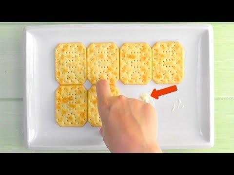 Pega 8 galletas saladas a la bandeja con mantequilla y rodea todo con 6 huevos ¡Qué loco!